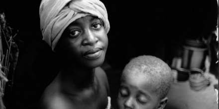 Rakia, 20, and her daughter, Nafissa, 3, Niger, 2005. Photo © Nick Danziger